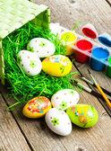 Oeufs de Pâques peints sur fond en bois. — Photo