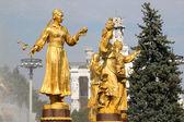 Girl with a fountain of friendship Uzbekistan — Stock Photo
