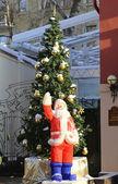 санта-клаус стоя возле елки — Стоковое фото