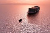 Deux navires dans la mer. — Photo
