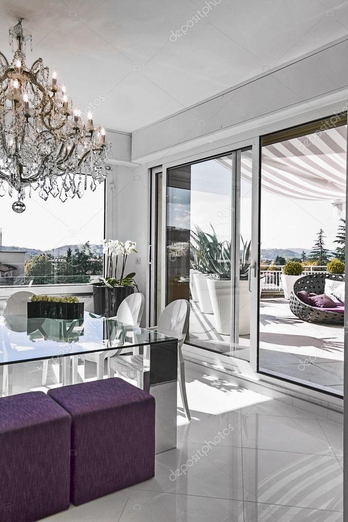 Moderna sala da pranzo con tavolo in vetro con vista sulla ...