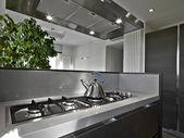Modern bir mutfak, ocak üzerinde çelik çaydanlık — Stok fotoğraf