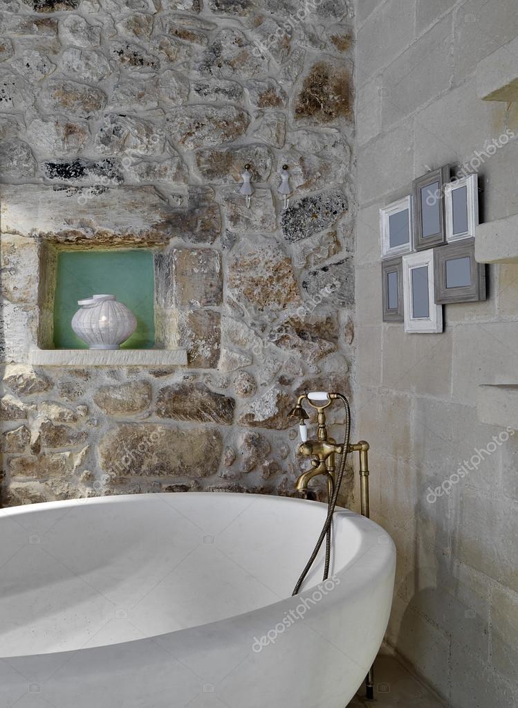 Dettaglio della vasca da bagno in un bagno rustico — Foto Stock ...