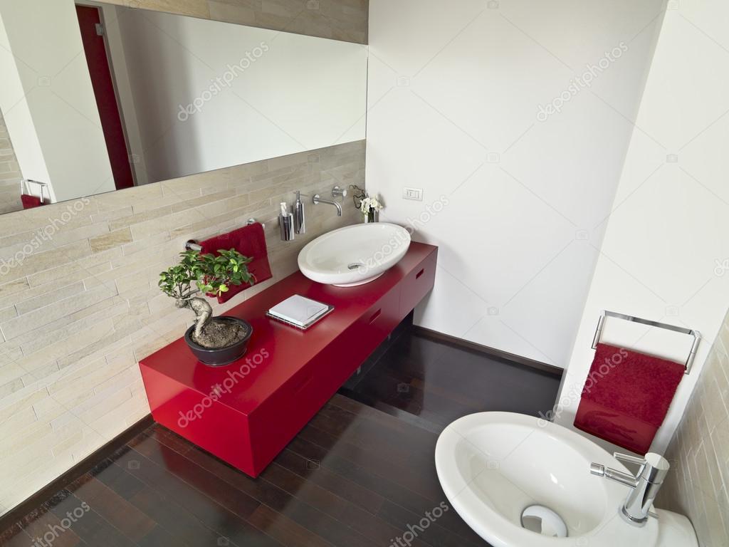 Salle de bains moderne avec rouge armoire — photographie ...