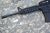 M4A1 RIS assault carbine with blank dog tags on camouflage uniform — Stock Photo
