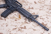 штурмовая винтовка с патронами на нас морпехов камуфляжная униформа — Стоковое фото