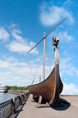 Старая лодка Викинг drakkar на набережной — Стоковое фото