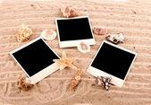 Tři karty ležet na písku s písečnými dunami a mušle — Stock fotografie