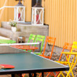 Recreation area for tennis and colored chairs for spectators — Foto Stock