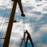 grúas en el puerto al atardecer — Foto de Stock