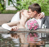 Bouquet lies on the edge of the fountain — Stock Photo