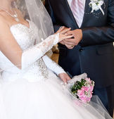 Groom puts the ring on the finger of the bride — Foto de Stock