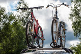 Two bikes on the trunk of the car — Stock Photo