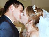 Groom kisses the bride — Stock Photo