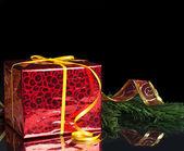 Cadeau du nouvel an dans l'emballage rouge et l'arbre de noël — Photo