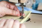 Mãos de mulher closeup de costura — Foto Stock