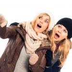 sorprendido mujeres en ropa de invierno señalando — Foto de Stock