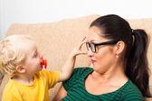 Frau brillen und kind — Stockfoto