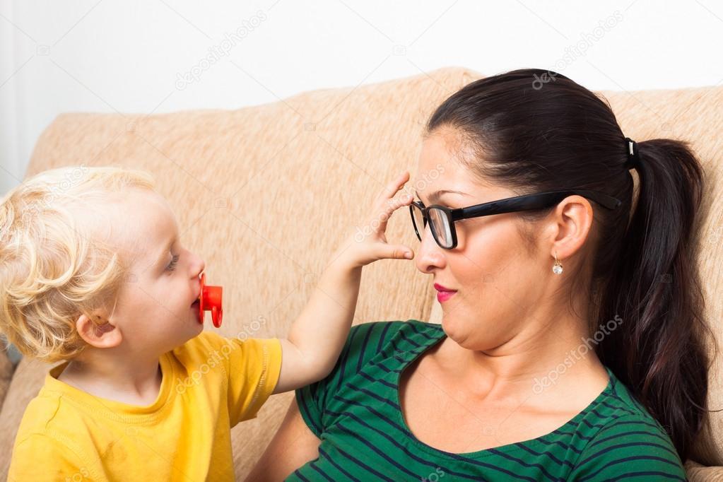 眼镜和孩子的女人