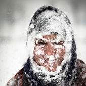 Homem na tempestade de neve — Foto Stock