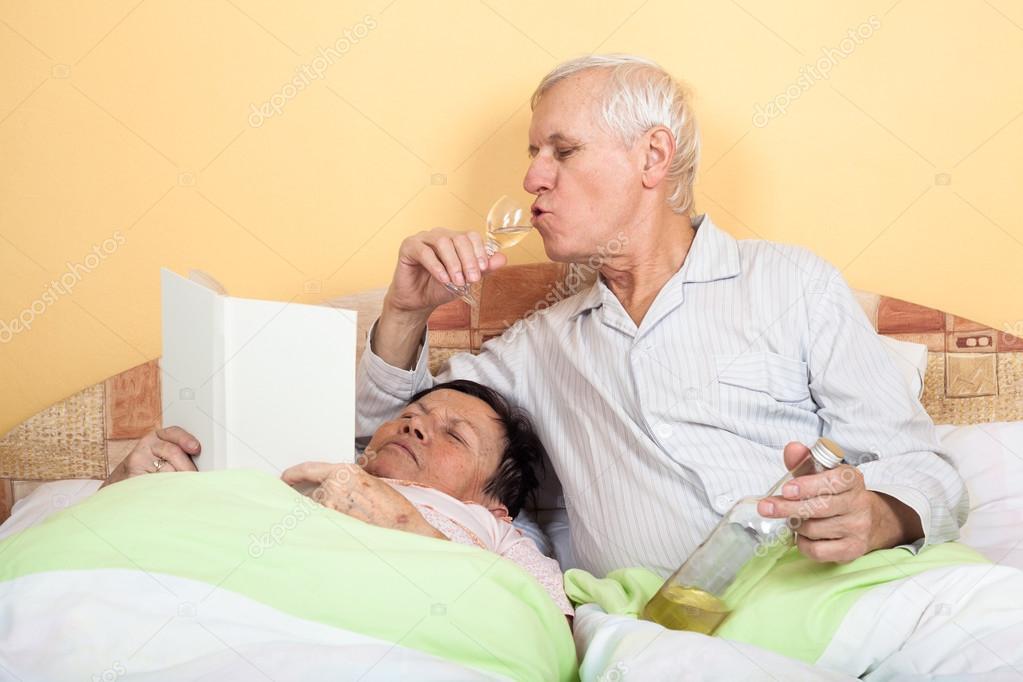 couple de personnes g es dr le dans son lit photographie janmika 26517399. Black Bedroom Furniture Sets. Home Design Ideas