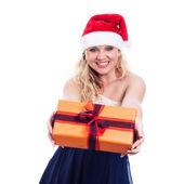 陽気なクリスマス女性プレゼントを与える — ストック写真