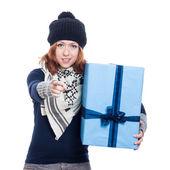 Zimní žena s velkým přítomné směřující — Stock fotografie