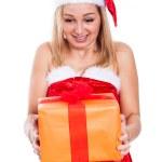 verrast Kerstmis vrouw met heden — Stockfoto