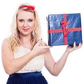 Güzel bir kadın ile hediye — Stok fotoğraf