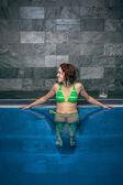 счастливая женщина в бассейне — Стоковое фото