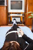 Mulher com controle remoto assistindo tv — Foto Stock
