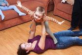 Glückliche familie spielen zu hause — Stockfoto
