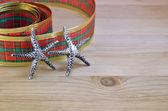 Dekorativní stuha a hvězdy jako vánoční dekorace — Stock fotografie