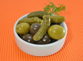 Encurtidos y aceitunas en vinagre en un tazón blanco — Foto de Stock