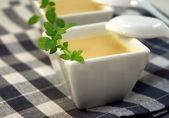 Soupe de légumes froide dans un bol blanc — Photo