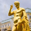 Peterhof Palace. Golden statue of Grand Cascade fountains — Stock Photo