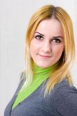 Linda loira sorridente com cabelo comprido — Foto Stock