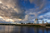Pskov Kremlin in the evening before the storm — Stockfoto