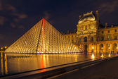 Louvre Museum and the Pyramid in Paris, France, at night — Stock Photo