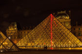 Louvre Museum and the Pyramid in Paris, France, at night illumi — Stock Photo