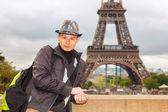 パリのエッフェル塔の背景に若い男ヒップスター — ストック写真