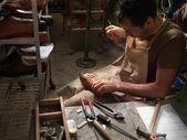 Trabajando en una fábrica de zapatos de hombre adulto — Foto de Stock