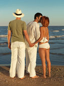Женщина обманывает друг на берегу моря — Стоковое фото