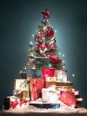 Bunter weihnachtsbaum mit geschenken — Stockfoto