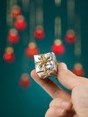 Kleine geschenkbox handheld — Stockfoto