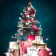 Brightly lit christmas tree with presents — Stock fotografie