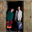 Young caucasian couple with shopping bags — Foto Stock