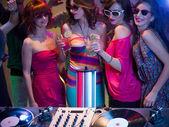 Ragazze nght fuori in un locale notturno — Foto Stock
