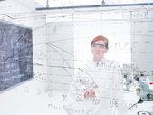 Estudiante analizar fórmulas — Foto de Stock