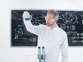 Wissenschaftler analysieren Stoffe — Stockfoto